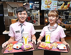 麥當勞40項產品15日起漲價,其中6塊麥克鷄塊搭配 經典與清爽配餐漲最多,共漲6元,但單點麥香魚、麥香 鷄則降5元。(業者提供) 中央社記者楊淑閔傳真 109年1月10日
