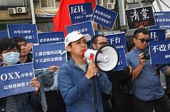 大選落幕,中國國民黨15日下午舉行中常會,青年黨員 聚集在黨部前抗議,要求改革必須落實。 中央社記者林俊耀攝 109年1月15日