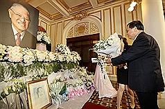 陳水扁北賓弔唁李登輝 留言「台灣民主之父精神長存」