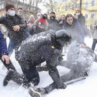 聲援逃過毒殺的普丁政敵 逾5千示威者遭俄國警方暴力逮捕