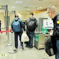 桃園機場轉機作業、外籍人士有條件入境今起恢復 旅客讚「台灣安全又方便」