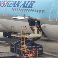 【更新】台灣首批牛津AZ疫苗運抵桃園機場 共11.7萬劑開放高風險醫事人員優先施打