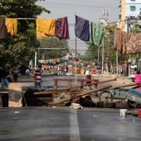 以迷信對抗軍事鎮壓 緬甸街頭「掛女裙」阻軍警通過
