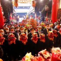 熱鬧!台灣大甲媽祖遶境再現萬人空巷 國際使節觀禮、11國語言全球直播莊嚴起駕