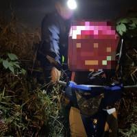 北台灣苗栗女外送員、導航送餐跌落2公尺草叢 4警合力救援•保住生財工具