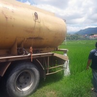 Farmer in eastern Taiwan hires water trucks to irrigate rice paddies