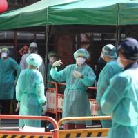 台灣疫情連環爆 中研院何美鄉推估至少有400人已感染 籲政府擴大篩檢站