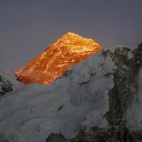 天堂路?不畏聖母峰爆疫情  數百登山客堅持攻頂