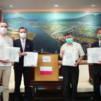 Poland donates 1,500 sets of PPE to Taipei City