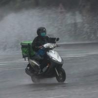 快訊!台灣16縣市豪雨特報 台北文山區淹水至轎車一半高
