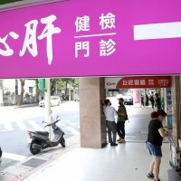 【更新】台灣「好心肝」診所私打疫苗案  北檢以證人身分約談許金川等12人