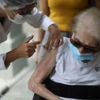 台灣15日起擴大施打AZ疫苗 北市75歲以上失能者可申請到宅接種
