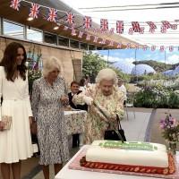 超好笑!英國女王持長刀切生日蛋糕 一句話幽默化解G7嚴肅氣氛