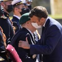 法國逐漸揮別疫情陰霾 馬克宏打破社交距離重啟「法式吻頰禮」
