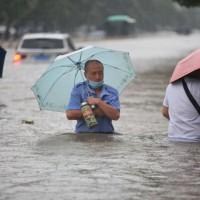 驚悚!中國河南降世紀暴雨 各地水淹及腰已致12人死亡