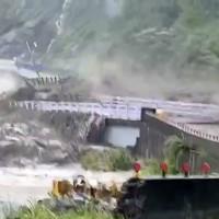 豪大雨造成南部多地電力設備受損•近4千戶仍待復電 高雄桃源斷橋3個里成孤島•消防局擬雨停後投放物資