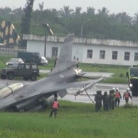 驚險! F16戰機南台灣低空衝場滑出跑道 後方幻象2000緊急爬升