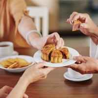 1個月餅熱量等於1碗飯、2.5湯匙油!營養師:掌握「三低一高」 慢性病友也能享受美味