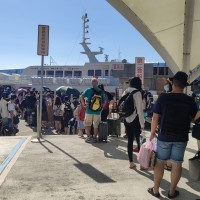 Taiwanese travel to outlying islands at start of 4-day holiday
