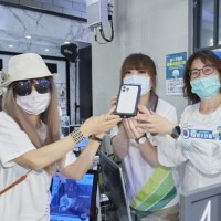 Taipei woman waits in line for 9 days to get iPhone 13 Pro Max