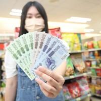【台灣振興五倍券8日上路】2小時內近百萬人成功領取紙本券 數位綁定破400萬人