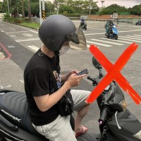 Taiwan can issue fines for those using phones at red lights