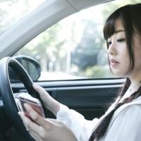 用路人注意!開車、騎車等紅燈滑手機 可處3千元及1千元罰鍰