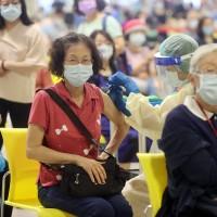 第12期疫苗接種台北市採分流接種、開放夜間施打:醫院施打BNT 花博負責AZ