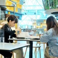 台灣桃園機場19日起開放飲食•旅客: 「真的比較有出國fu」 管制區餐飲業者感動:「整個機場有活過來的感覺」