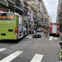 Bus runs over and kills scooter deliveryman in New Taipei