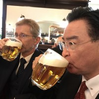 Photo of the Day: Taiwan foreign minister having beer with Czech Senate president