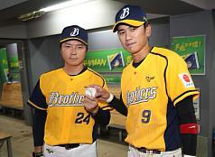 Tainan stadium packed with fans in pro baseball's season opener