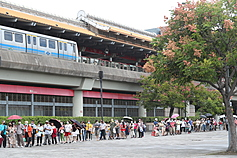 Taipei under fire for long queues at COVID vaccination site