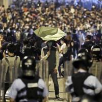 雨傘運動再起?香港萬人周日示威衝突升高