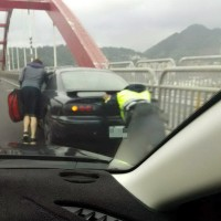 Police officer praised for pushing stalled car down a busy bridge