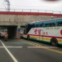 中國遊客團遊覽車自撞鐵路涵洞 22人輕重傷