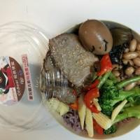 台鐵與台灣喔熊合作推出新款「喔熊組長」便當 主打健康美味