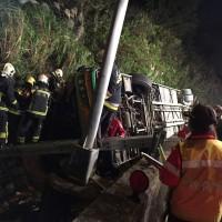 更新:北市遊覽車翻落邊坡  32人無生命跡象