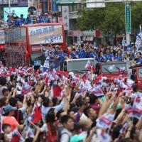 Universiade athletes parade through Taipei
