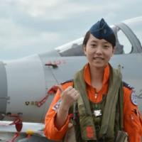 幻象戰機首位女飛官 展示新式定位器