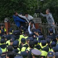 勞團抗議勞基法修法 一度與警推擠衝突