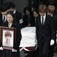 韓國人氣男團SHINee成員鐘鉉18日自殺身亡 今日出殯