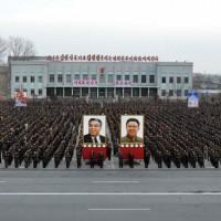 北韓人民集會,高舉前領袖照片(圖片來源:北韓勞動新聞)