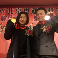 Taiwanese weightlifters Chen and Lu receive their 2008 Beijing Olympic Medals