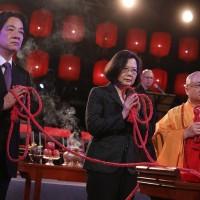 出席法鼓山祈福 蔡英文:面對挑戰 台灣人變堅強團結