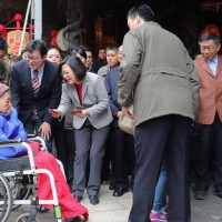 Taiwan president hands out red envelopes at Taipei temple