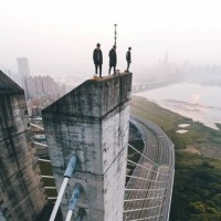 Daredevils take extreme photo on top of New Taipei Bridge