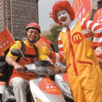 Taiwanese customer requests McDonald's delivery by rope