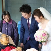 Taiwanese father fighting against cancer covers daughter in wedding veil