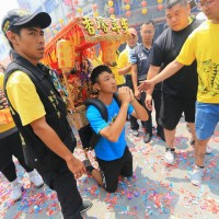 Son carries gods 600 km across Taiwan to give thanks for curing mother of cancer